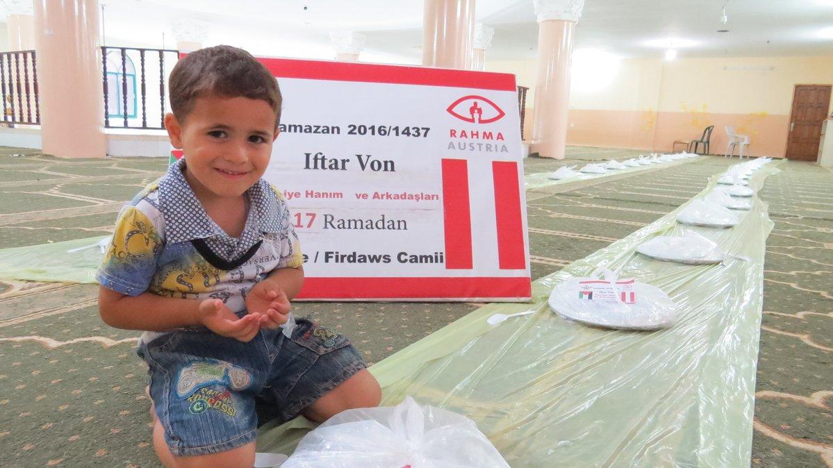 Avusturyalı Müslümanlar sığınmacılarla iftar yaptı