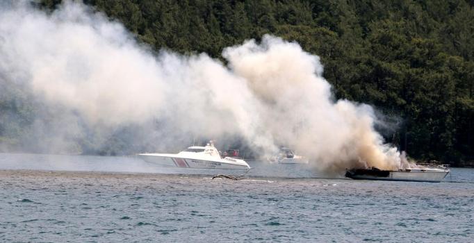 Marmaris'te yanan tekne sulara gömüldü