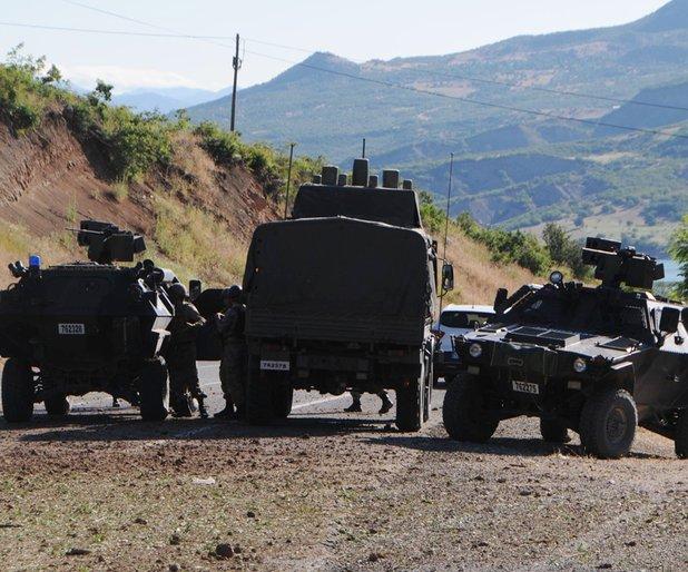 PKK Tunceli'de yol kesip araç yaktı