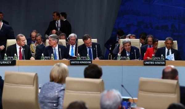 NATO zirvesinde Afganistan'a yardım gerginliği