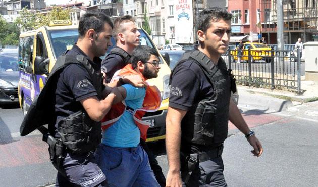 Beyoğlu'nda yol kapatan gruba müdahale