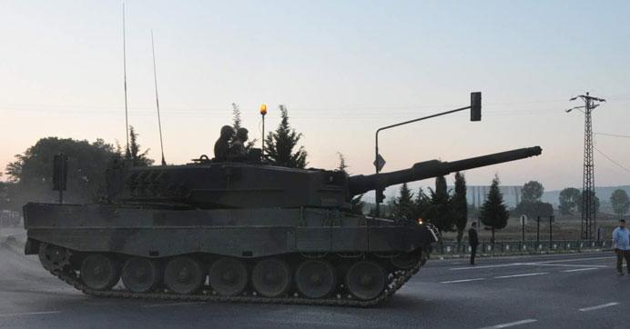 Vatandaşlar tankları geri çevirdi