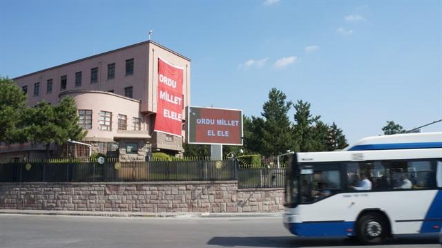 Genelkurmay Karargahı'nda 'Ordu millet el ele' afişleri