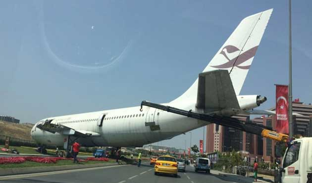 İstanbul'da uçak otoyola indi