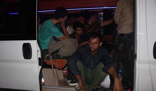 Bayrak çekilmiş minibüste 26 sığınmacı