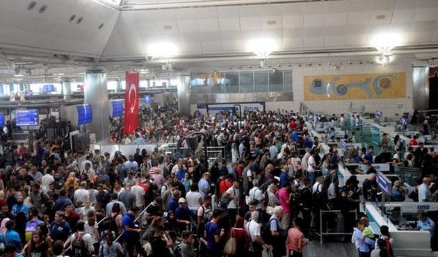 Havalimanında yüzlerce metrelik pasaport kuyruğu