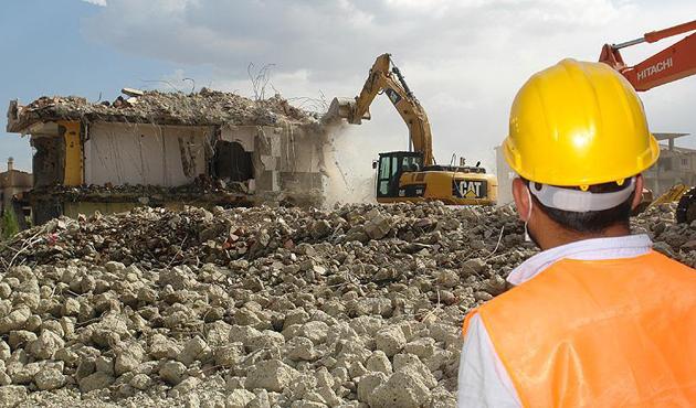Yüksekova'daki ağır hasarlı yapıların yıkımı sürüyor