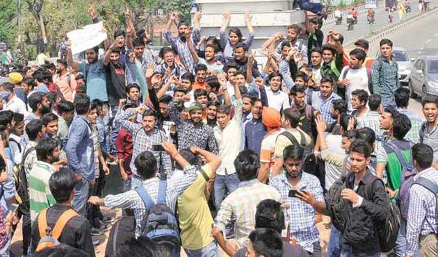Keşmirli gençler Hint vekilleri protesto etti