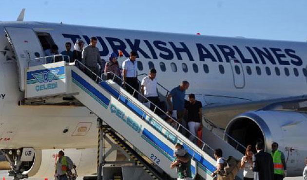 Yüksekova'ya 13 ay sonra ilk yolcu uçağı