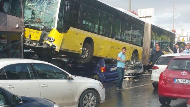 Yoldan çıkan metrobüs D-100'e girdi: 11 yaralı | VİDEO