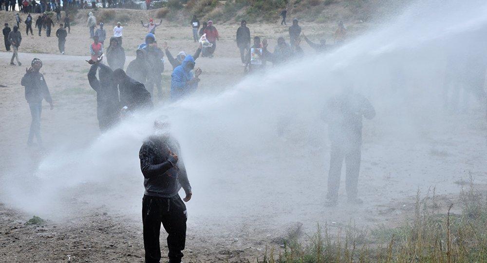 Calais mültecilere Fransız polisinden biber gazı