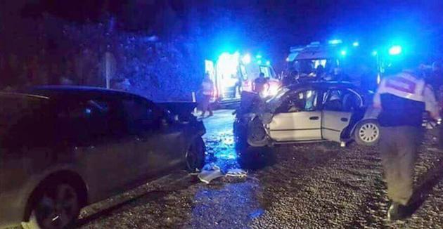 Antalya'da iki araç kafa kafaya çarpıştı; 3 ölü