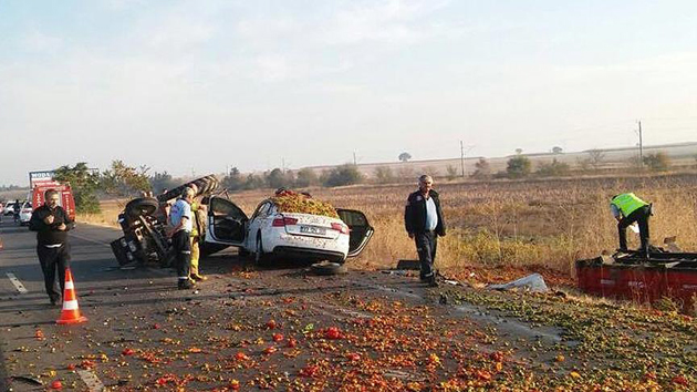 Susurluk'ta otomobil traktör römorkuna çarptı; 3 ölü