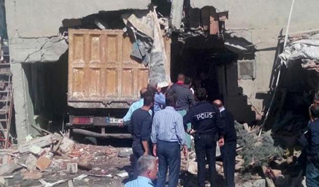Frenleri boşalan kamyon eve daldı; Hamile kadın öldü