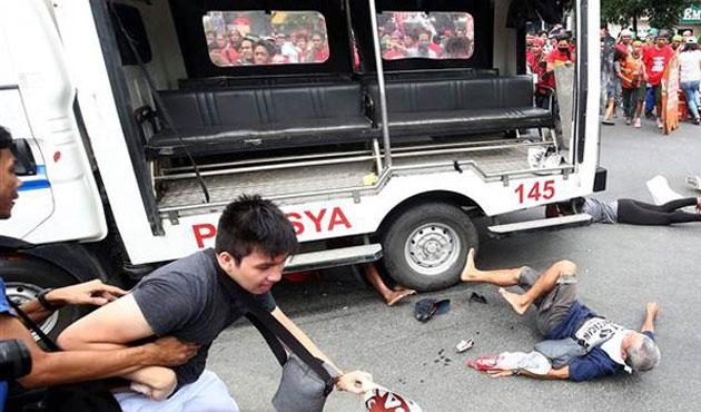 Filipinler'de polis aracı protestocuların arasına daldı