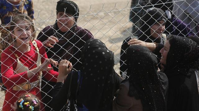 Çatışmaların ayırdığı aileler sığınmacı kampında kavuşuyor