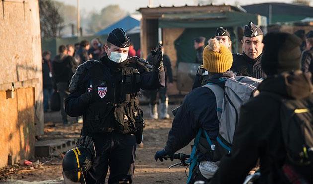 Calais'den ayrılmayan sığınmacılara gözaltı