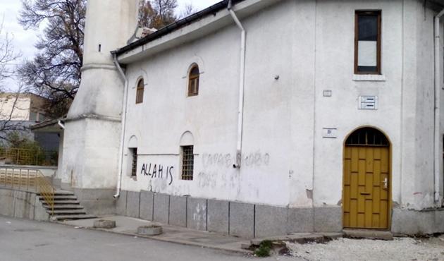 Bulgaristan'da seçim günü camiye yazılı saldırı