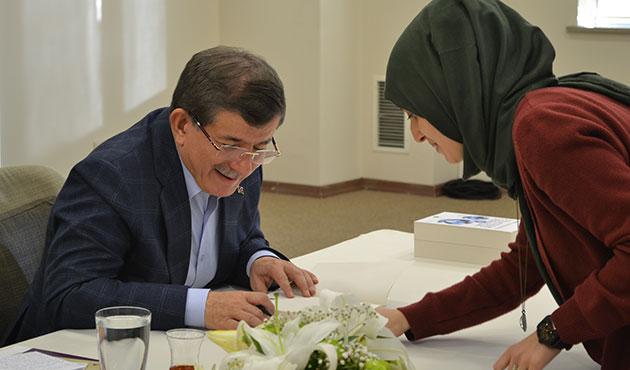 Davutoğlu, TÜYAP'ta kitabını imzaladı