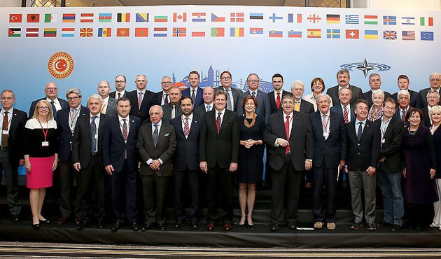 NATO PA'da aile fotoğrafı
