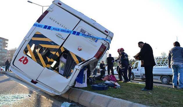 Öğrencileri taşıyan minibüs uçuruma yuvarlandı