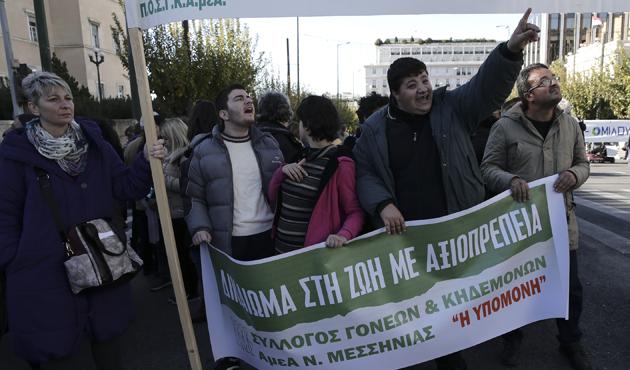 Yunanistan'da engellilerden 'kemer sıkma' protestosu