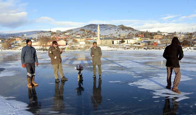 Buz tutan göl üzerinde çay ve kızak keyfi   FOTO