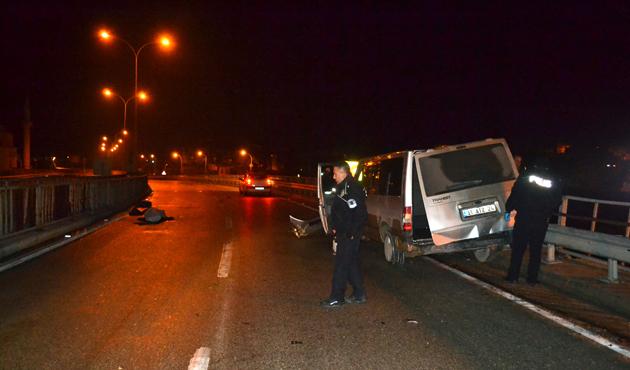 Polisten kaçan sığınmacı minibüsü kaza yaptı