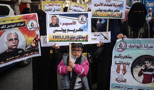Gazzelilerden tutuklu Filistinlilere destek gösterisi