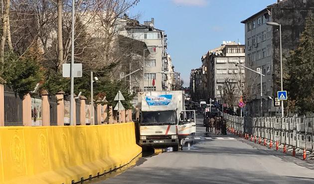 İstanbul Emniyet Müdürlüğü'nün girişinde silah sesleri
