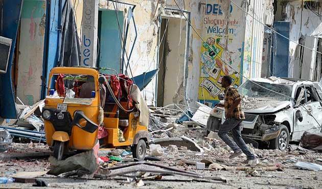 Mogadişu'da hükümet yetkililerine bombalı saldırı: 12 ölü