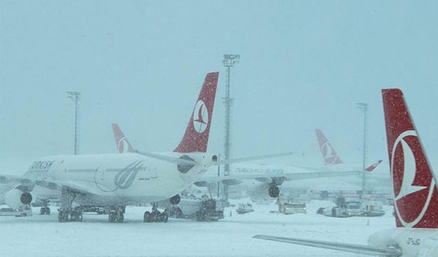İstanbul'da uçak seferlerine kar engeli