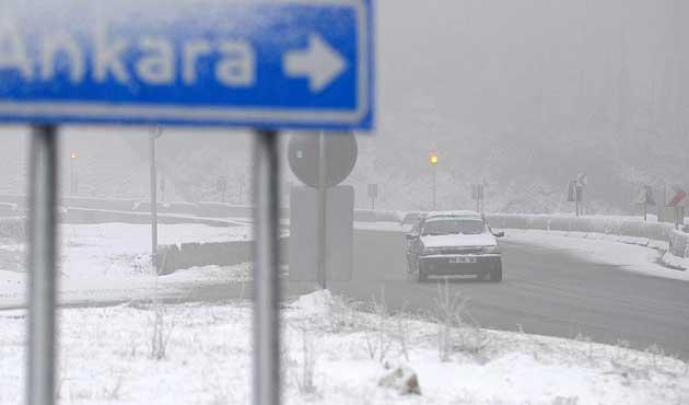 Bolu Dağı'nda yoğun kar yağışı ulaşımı aksatıyor