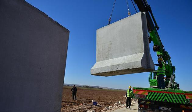 Suriye sınırının yarısına duvar örüldü