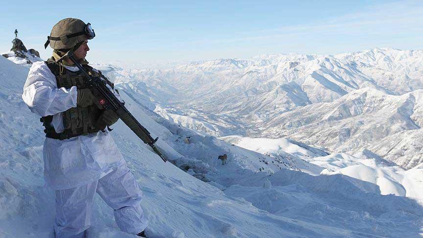'Kar kaplanları' 7 metrelik karda vatan savunmasında | FOTO