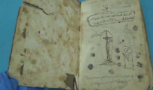 400 yıllık kitabı satmaya çalışırken yakalandılar