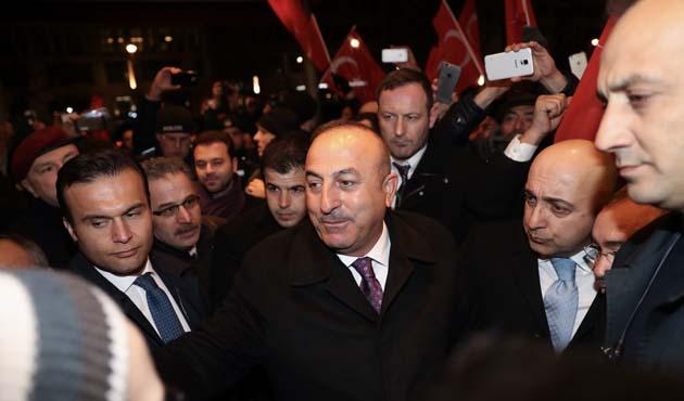 Bakan Çavuşoğlu'na Berlin'de coşkulu karşılama