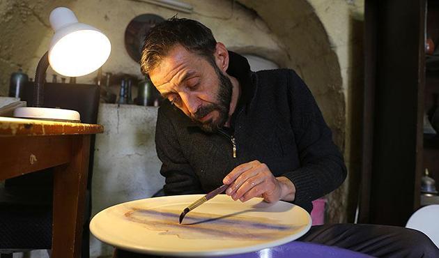 Ebru sanatını seramiğe uyguluyor