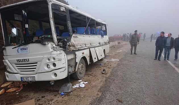 Balıkesir'de işçileri taşıyan servis TIR'la çarpıştı:  2 ölü