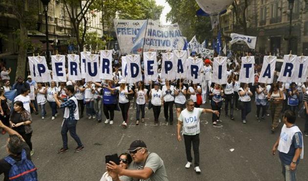 Arjantin'de grevdeki on binlerce öğretmen gösteri düzenledi