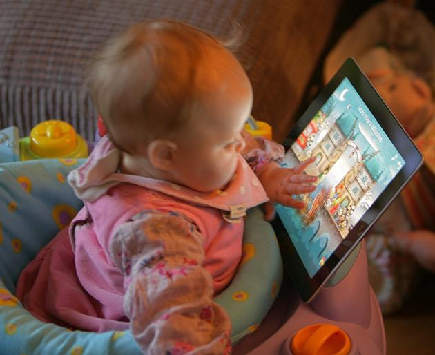 Dokunmatik ekranlarla vakit geçiren bebekler daha az uyuyor
