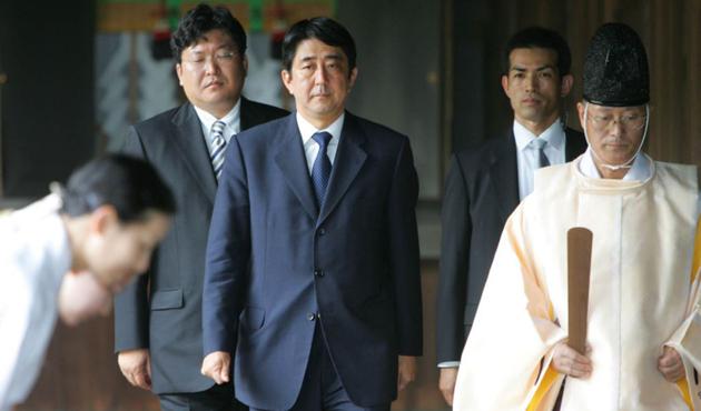 Abe'den tartışmalı tapınağa adak