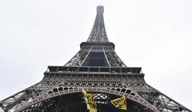 Eyfel Kulesi'nde Greenpeace eylemi