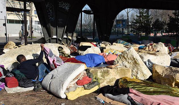 Fransa'da köprü altındaki sığınmacılara operasyon