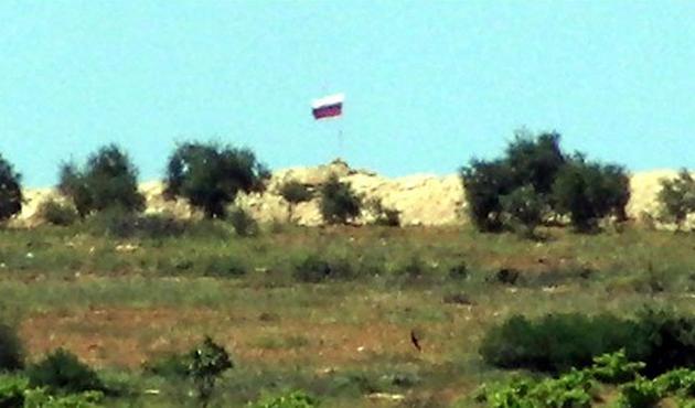 PYD bölgesinde Suriye ve Rus bayrağı çekildi