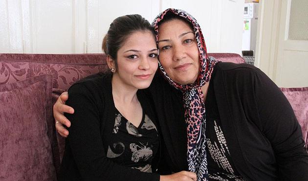 Engelli kızını sırtında taşıyarak 'hayata' bağlıyor