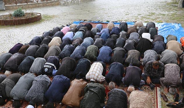 Duasını yaparken yağmura yakalandılar | FOTO