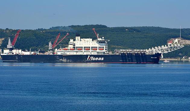 Türk Akımı'na boru döşeyecek gemi Karadeniz yolunda