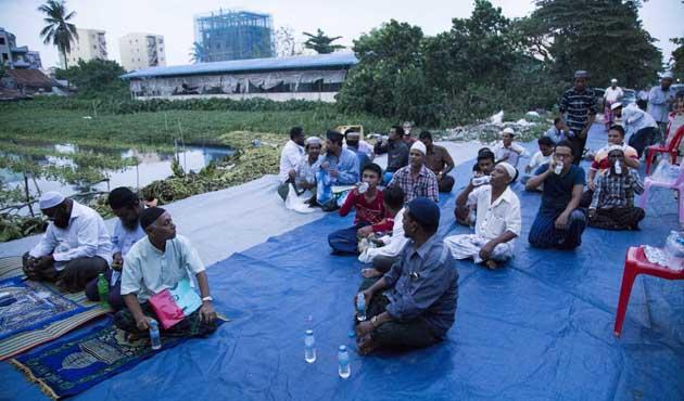 Arakanlı Müslümanlar okullarının kapatılmasını protesto etti