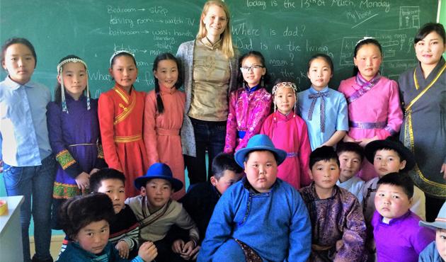 Katolik Loyala Üniversitesi mezunları, Moğolistan'da dil öğretiyor